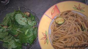 Nudeln und Salat